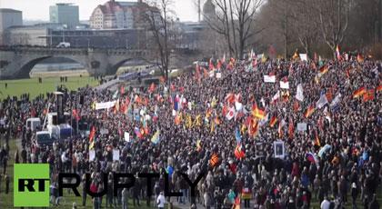"""بالفيديو.. حركة """"بيغيدا"""" الألمانية تطالب برحيل ميركل بسبب اللاجئين في مظاهرة حاشدة"""