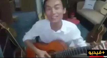 """مواطن من آسيا يغني """"أباباينو"""" لصاحبها إدير"""