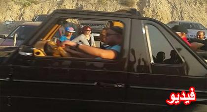 الملك يتجول بسيارته المكشوفة بين الحسيمة و إمزورن