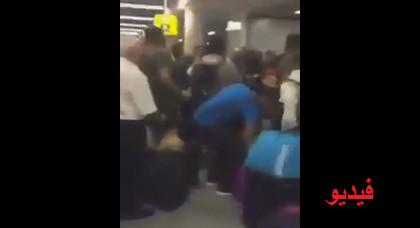 بالفيديو: مهاجر مغربي يفقد أعصابه ويلاكم شرطيين ألمان بمطار فرانكفورت