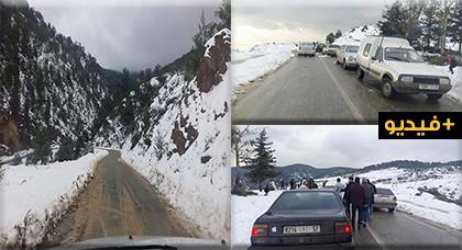 مديرية التجهيز بالدريوش تتدخل لإزاحة الثلوج من الطريق الرابطة بين تمسمان و إمزورن وتفتحها في وجه حركة المرور