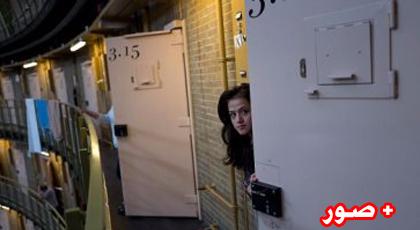 واحدة من اللاجئات تطل من باب غرفتها بالسجن