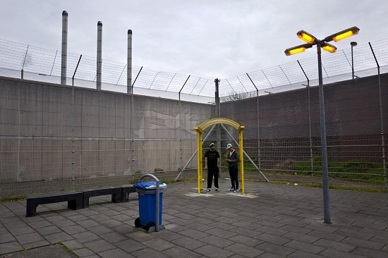 اثنان من اللاجئين فى الساحة الخارجية للسجن