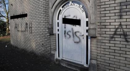 كتابة عبارات مسيئة للإسلام على جدران مسجد يؤمه المغاربة بهولندا