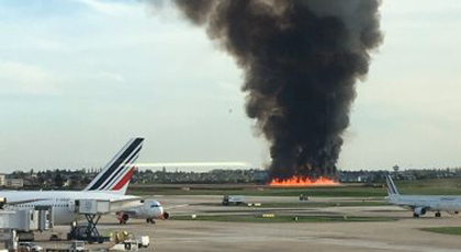 بالفيديو.. حريق مهول  في مطار أورلي الدولي بباريس
