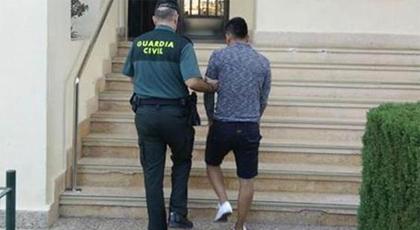 اعتقال مواطن مغربي لربطه ابنة أخته بجذع شجرة بإسبانيا بسبب علاقتها مع شاب إسباني