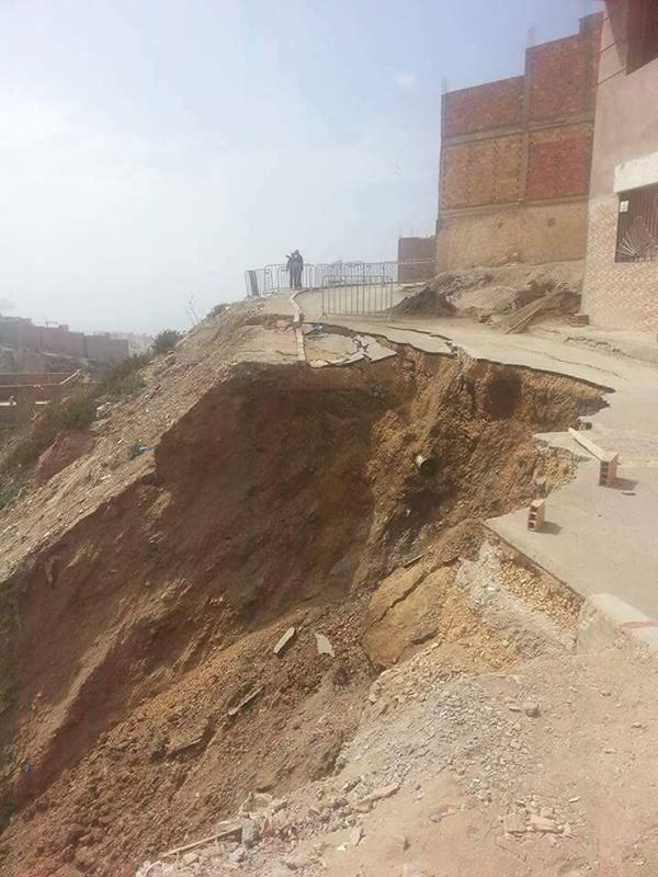 انجراف جزء من الطريق المؤدية الى حي مرموشة بالحسيمة والسلطات تخلي منزلا مخافة إنهياره