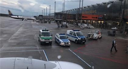 إخلاء طائرة  كانت تهم بالإقلاع من مطار كولونيا بون بألمانيا بعد سماع محادثة مشبوهة