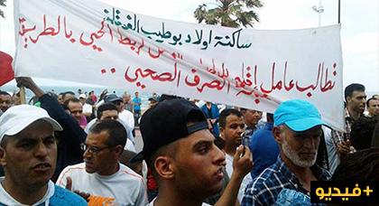 """ساكنة حي """"اولاد بوطيب الفوقاني"""" تخوض مسيرة حاشدة صوب العمالة بعد زيف الوعود وهذه مطالبها"""