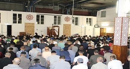 سحر الصوت الرائع للمقرئ إسماعيل الجميلي يجذب مئات المصلين للتراويح بمسجد الإمام مالك بكوبنهاكن