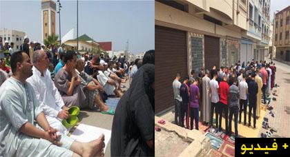 إمزورن.. فيديوهات تظهر أداء المصلين لصلاة الجمعة في الشارع العام إحتجاجا على إعتقال النشطاء