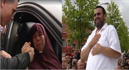 """والدا اللاعب الريفي """"نوري"""" يغالبان دموعهما بعد تأثرهما بمشهد حشود الهولنديين الذين حجوا إلى منزلهما"""