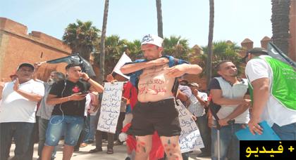 مشارك يتضامن بطريقته الخاصة مع ناصر الزفزافي يستأثر بإهتمام  المشاركين في مسيرة الرباط