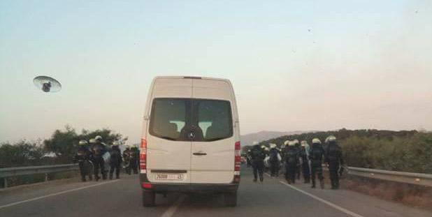 غلق الطريق الساحلية بين الحسيمة و الناظور بسبب مواجهات بين متظاهرين وقوات الأمن