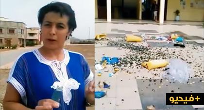 مثير.. سيدة غاضبة ترمي كومة من الأزبال داخل مقر جماعة حضرية احتجاجا على تقاعسها في تنظيف بلدتها