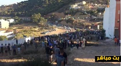 مباشر.. مواطنون ينتظرون جثمان عماد العتابي أمام المقبرة