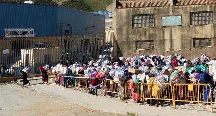 السلطات الاسبانية تغلق معبر باب سبتة في وجه التجار و ممتهني التهريب المعيشي