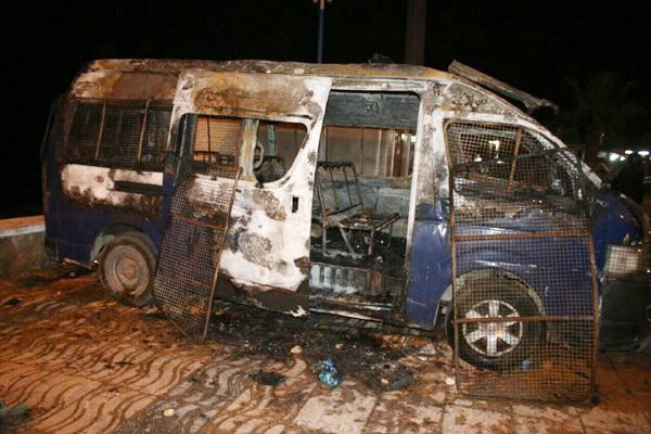 ملثمون يضرمون النار في سيارة أمنية بالحسيمة ساعات بعد دفن جثمان العتابي