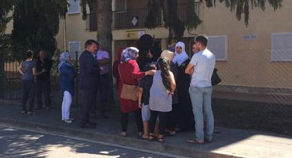 """القنصل العام للمغرب بـ """"خيرونا"""" يجتمع بعائلات منفذي الهجمات الإرهابية باسبانيا"""