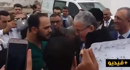 بالفيديو.. وزير الصحة يستقبله العشرات من الممرضين بالحسيمة بوقفة إحتجاجية وهكذا تفاعل معهم