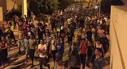 اعتقالات و اصابات في مواجهات بين متظاهرين و قوات الأمن بإمزرون