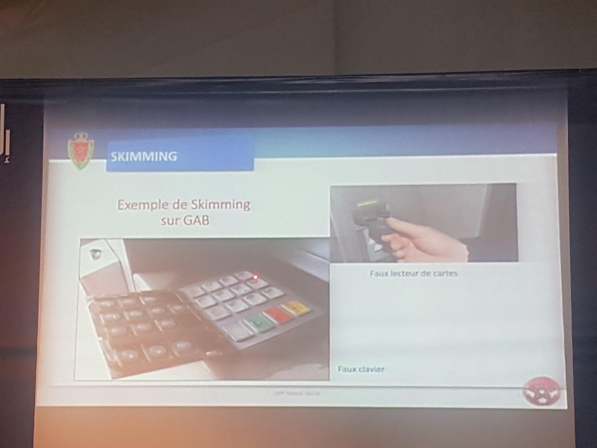 صورة لقارئ البطاقة المزيف ولوحة المفاتيح المزيفة اللذان يُستخدمان لسرقة معلومات البطاقة وكلمة السر