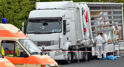 ألمانيا تعترض شاحنة محملة بمهاجرين غير شرعيين يعانون الجوع والعطش