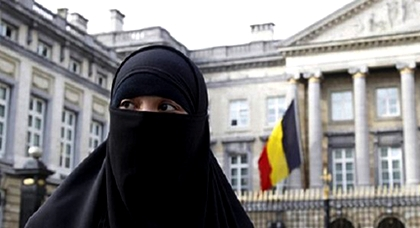 السلطات البلجيكية تطرد مهاجرة رفضت نزع النقاب بمطار بروكسيل