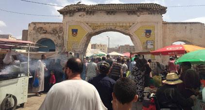 """نقابة إقليمية تتهم رئيس جماعة العروي بـ """"العنصرية"""" وتلوح بالرد نضاليا على قرار تجميد سوق الاحد"""