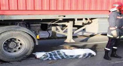 شاحنة تدهس أم لطفلين وتفصل رأسها عن جسدها في حادثة سير مأساوية