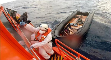 إعتراض قارب مطاطي أبحر من سواحل الحسيمة على متنه 32 مهاجرا سريا بينهم 4 نساء