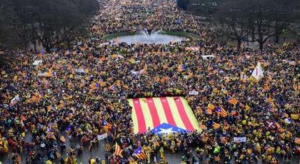 عشرات الآلاف يتظاهرون في بروكسل للمطالبة باستقلال كاتالونيا