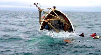مأساة.. مصرع بحار وإنقاذ ثلاثة آخرين إثر انقلاب قارب للصيد بسواحل الحسيمة