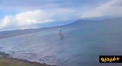 غريب.. سيدة تسبح بشاطئ الكورنيش بالناظور في هذا الجو البارد