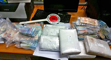 القبض على ثلاث مهاجرين مغاربة من بينهم امرأة ضبطوا متلبسين بحيازة 7 كلغ من الكوكايين و 200 ألف يورو