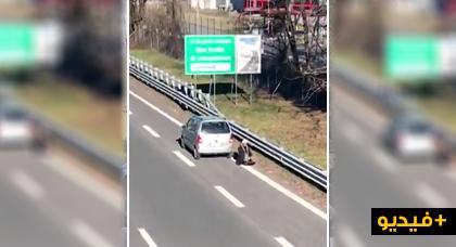 السلطات الايطالية تحقق مع مهاجر مسلم ادى الصلاة في الطريق السيار