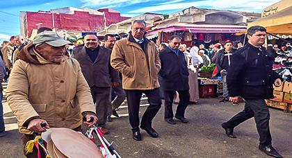 """عامل الحسيمة يستمع لمطالب واقتراحات تجار سوق """"الثلاثاء"""" لهذا الغرض"""