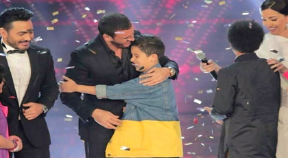 """الطفل المغربي حمزة لبيض يفوز بـ """"ذوفويس كيدز"""" ويحصد اللقب وسط فرحة عارمة"""