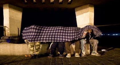أطفال مغاربة تحت رحمة البرد القارس في شوارع إسبانيا