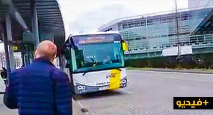 عنصرية سائق بلجيكي رفض صعود امرأة متحجبة للحافلة تغضب الركاب