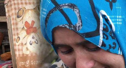 بالفيديو ..أمٌّ تعيش رفقة أبنائها داخل كوخ للكلاب في مزبلة بالدار البيضاء