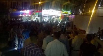 مواطنون غاضبون يرجمون مجرما خطيرا بعد محاصرته قبل إصابتهم شرطيين بجروح بليغة