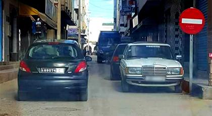 الدريوش.. فايسبوكيون غاضبون من سائق سيارة تابعة للبلدية بسبب اختراقه لقانون السير