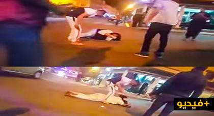 """مؤلم.. شخص يعتدي على فتاة وسط الشارع العام وهي تصيح """"ارجال عتقوني"""" وحتى واحد ممسوق"""