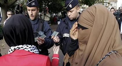 """تزامنا ويوم """"عاقب مسلما"""".. مسلمات يتوصلن برسائل تدعوهن إلى التخلي عن ارتداء الحجاب"""