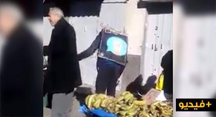 شاهدوا.. عامل اشهار يمتهن النشل والسرقة في سوق شعبي يثير ضجة على مواقع التواصل