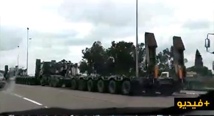 بالفيديو.. معدات ثقيلة وآليات تابعة للجيش المغربي تتجه رأسا نحو الصحراء