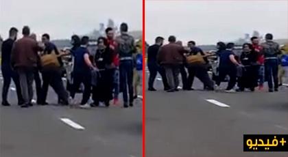شاهدوا الفيديو.. شجار خطير بالطريق السيار بين مكناس وفاس والقضية فيها البنات