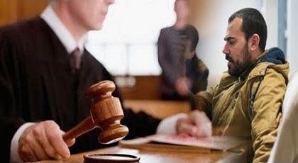 الزفزافي يعرض الملابس الداخلية للمعتقلين داخل المحكمة مطالبا بإخضاعها لخبرة جينية