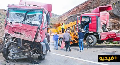 شاحنة ضخمة تتسبب في حادثة سير خطيرة على مستوى الطريق الرابطة بين الحسيمة وطنجة